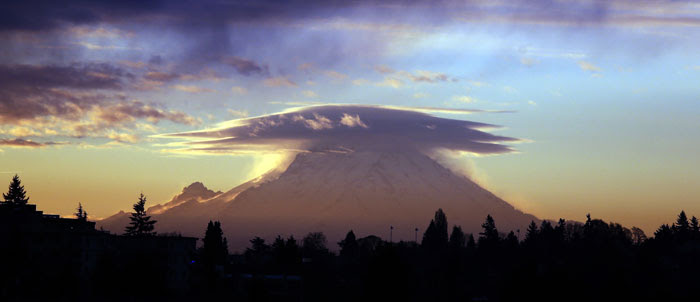 A cap cloud at sunrise over Mount Rainier, spotted from Seattle, Washington, US, by Elaine Thompson (Member 41974).